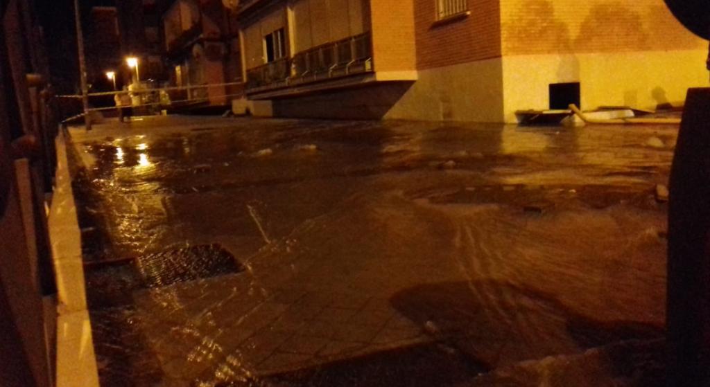 Rotura de una tuberia del Canal Isabel II en la calle Juan Carlos I